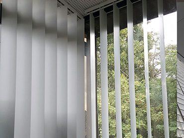 store a bandes verticales PVC